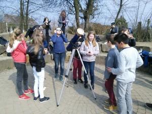Die Klasse 7b schaut sich die Sonne mit einem Teleskop und einem Sonnenfilter genauer an.